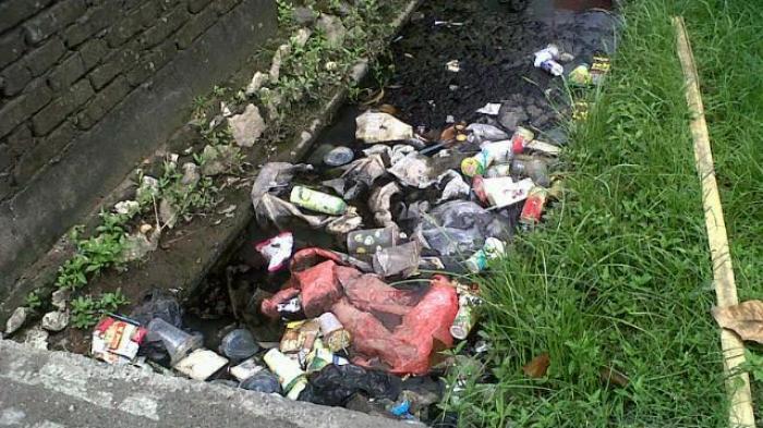 Sampah yang menumpuk di saluran air. Sumber: Tribun Timur